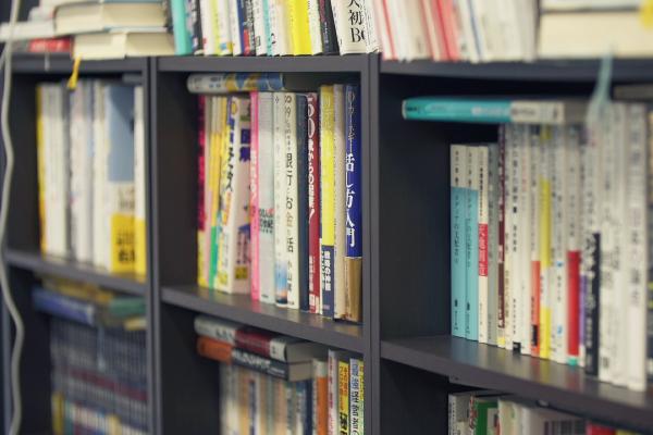 社内には本もたくさん置いてあります