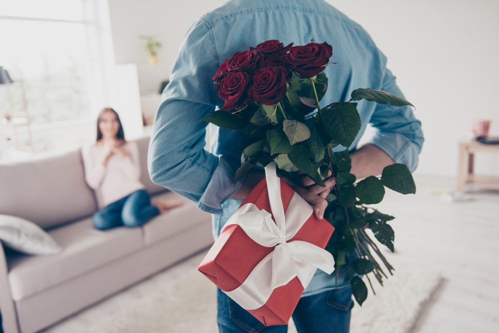 バレンタインデーに贈り物をする男性